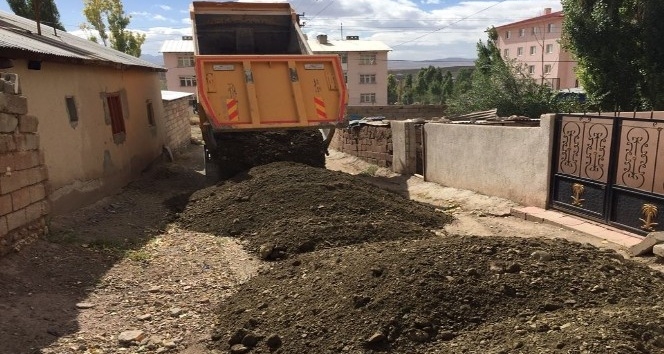 Özalp Belediyesi'nin yol çalışmaları devam ediyor