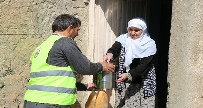 Bitlis'te yaşlı ve kimsesizlere sıcak yemek dağıtımı