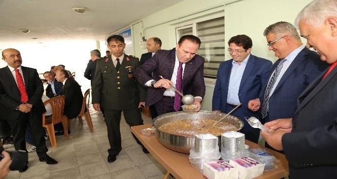 Aksaray'da şehit ailelerine aşure ikram edildi