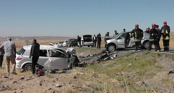 Konya'da iki otomobil kafa kafaya çarpıştı: 2 ölü, 1 yaralı
