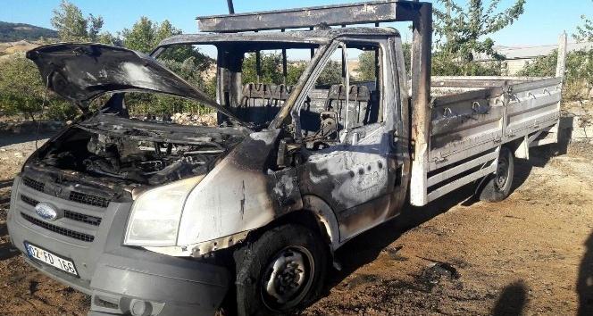 Adıyaman'da seyir halindeki kamyonet yandı