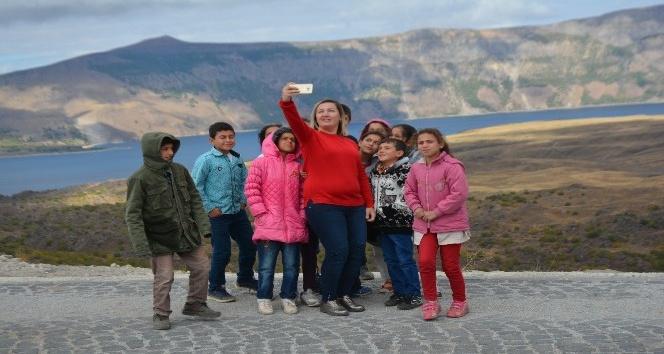 Köy okulu öğrencileri ilk defa Nemrut Krater Gölü'nü gezdi