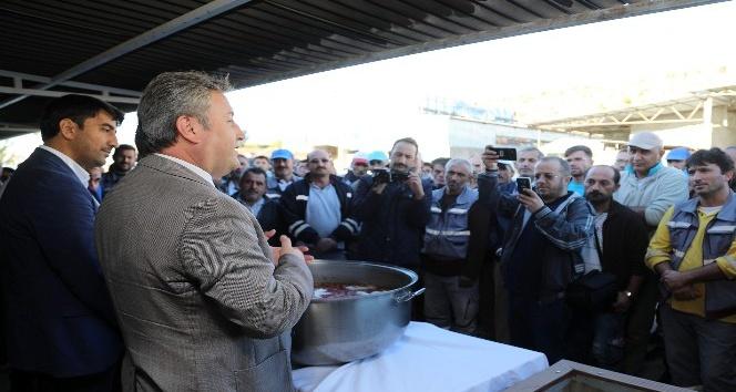 Başkan Palancıoğlu işçilere aşure dağıttı