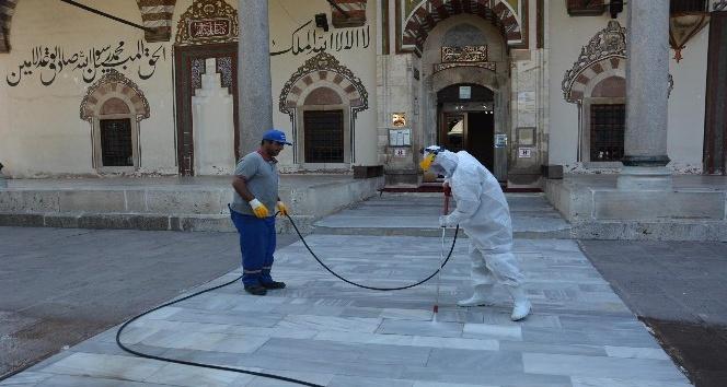 Şehzadeler'de camilere buharlı temizlik