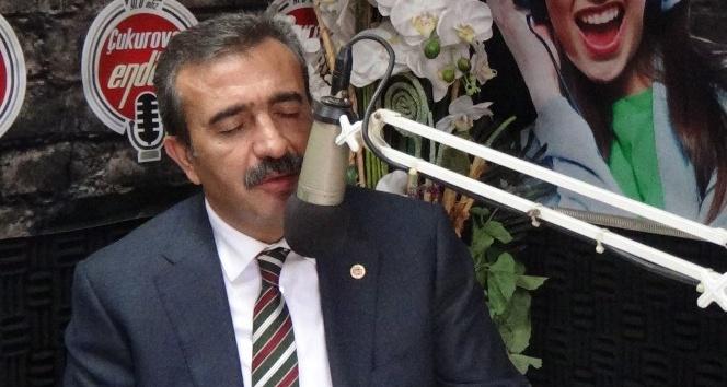 Başkan Çetin radyo programında şarkı söyledi
