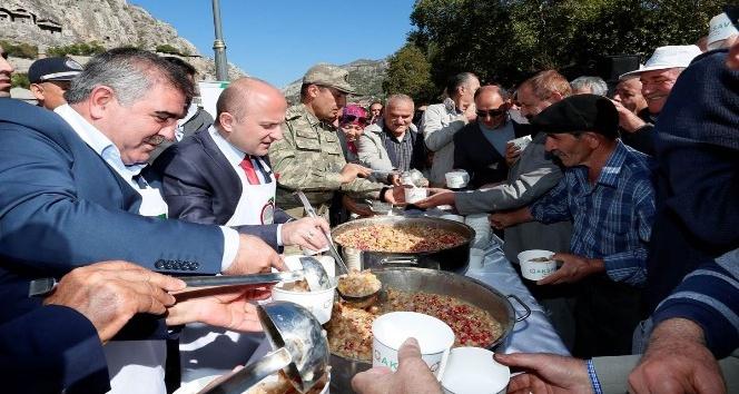 Amasya'da yöneticiler aşure dağıttı