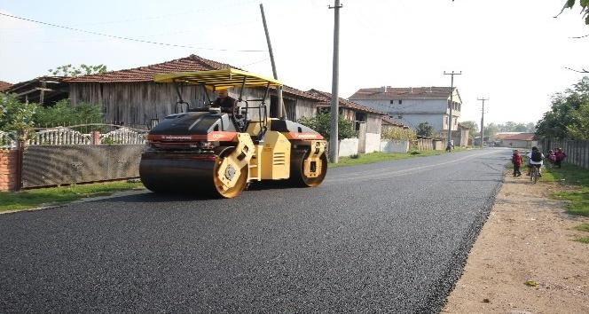 Çatalköprü'de sıcak asfalt serimi sürüyor