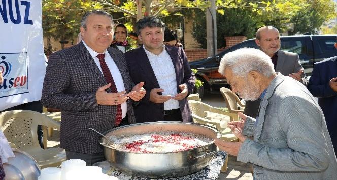 Başkan Çerçi Barbaros Mahallesi'nde aşure ikram etti