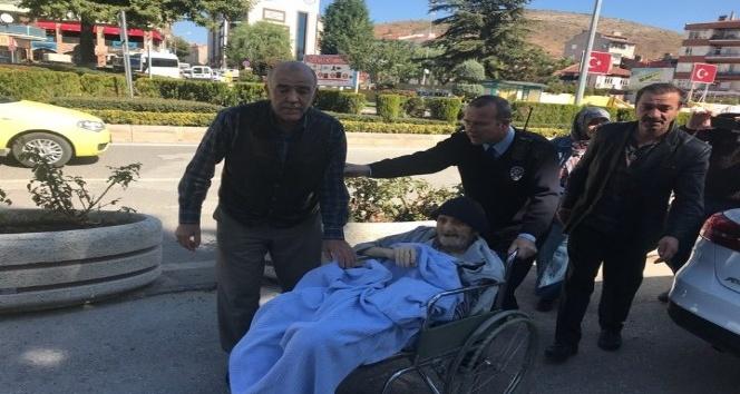 Hasta ve engelli vatandaşı 2 saat araçta beklettiler iddiası