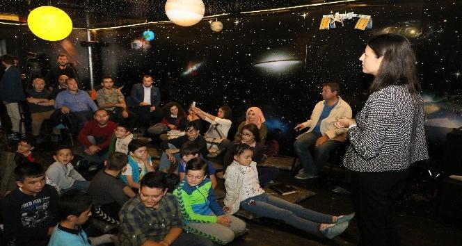 Eyüp'te çocukların teleskopla dolunay keyfi