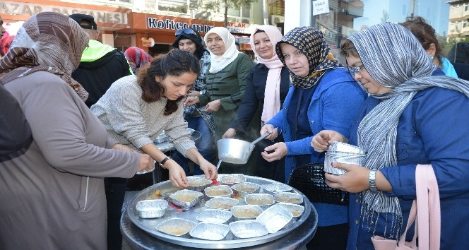 AK Parti Soma Kadın Kollarından aşure hayrı