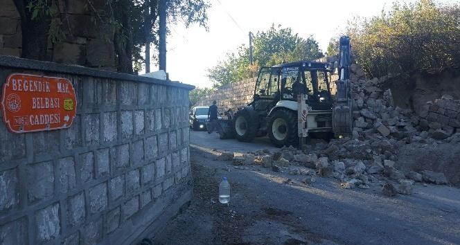 Çöken istinat duvarının altında kalan işçi yaralandı