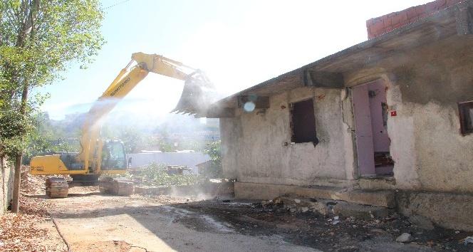Kartal'da 20 gecekondu kentsel dönüşüm için yıkıldı