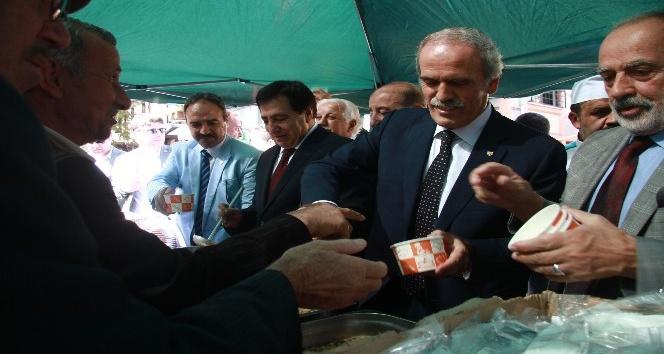 Vali Küçük ile Başkan Altepe vatandaşlara aşure dağıttı