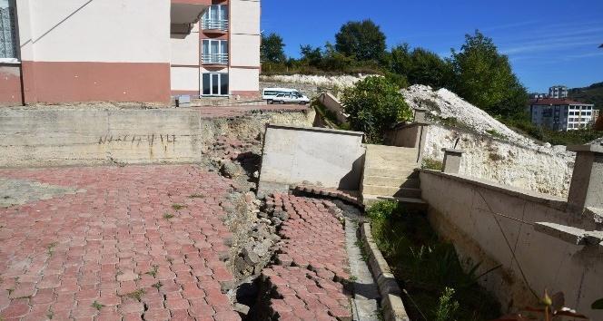 Kazı sırasında toprak kaydı, 56 dairelik site boşaltıldı