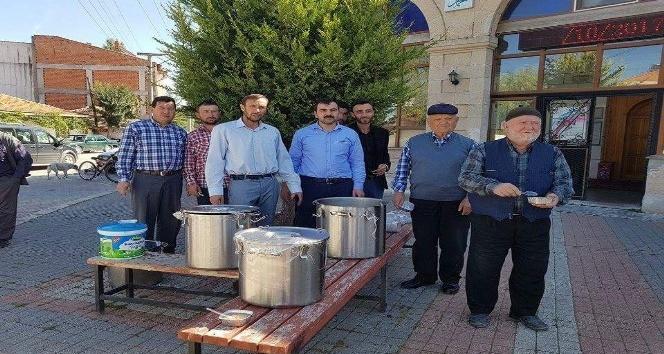 Aslanapa'da esnaf ve camii cemaatinden aşure ikramı