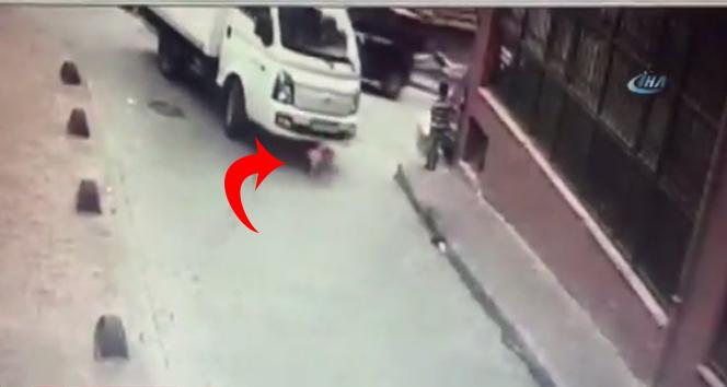 2 yaşındaki çocuk sokakta oynarken üzerinden kamyonet geçti