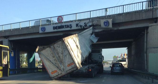 Seyir halinde damperi açılan kamyon köprüye çarptı