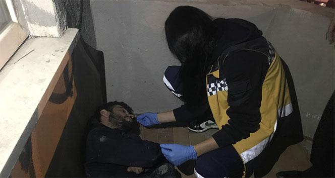 Uyuşturucunun etkisiyle kendini balkona kilitledi