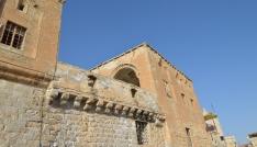 Mardinde tarihi yapı yıkılmaya yüz tuttu