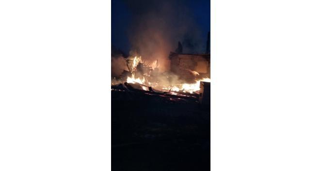Bolu'da çıkan yangında 2 ev kül oldu