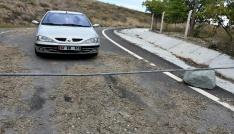 Tapulu arsam dediği köy yolunu demir borularla kapattı