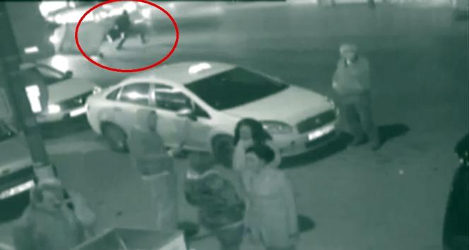 Otomobilin kağıt toplayıcıya çarptığı feci kaza kamerada