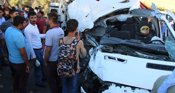 Şanlıurfa'da öğrenci servisi kamyona arkadan çarptı: 12 yaralı