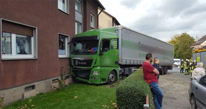 Almanyada 40 tonluk tır binaya çarptı