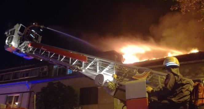 Leventte iş yerinin çatısında çıkan yangın paniğe neden oldu