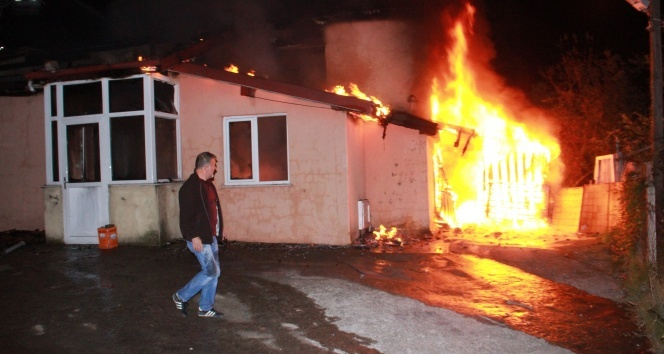 Yaşlı çiftin yaşadığı ev alev alev yandı