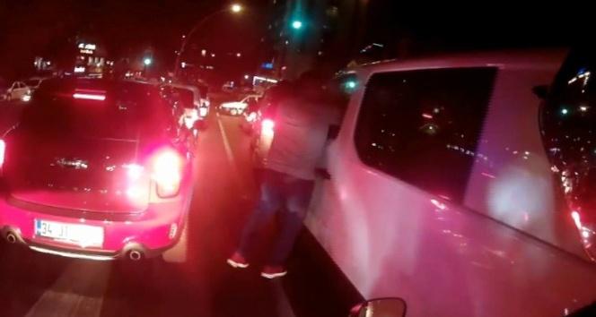 (Özel Haber)  Işıklarda duran sürücünün yumruklu saldırıya uğradığı o anlar kamerada
