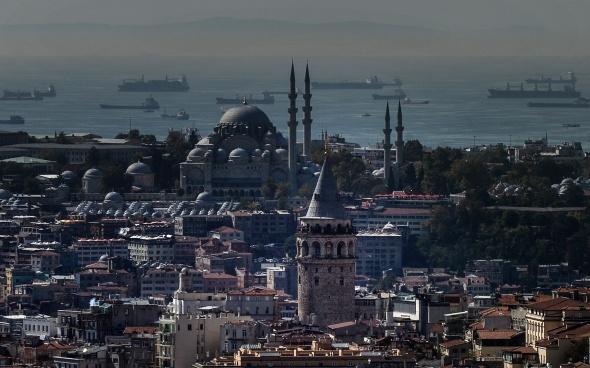 İstanbul'da puslu hava kartpostallık görüntüler oluşturdu