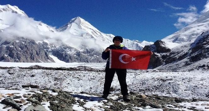 7 bin 10 metrede Türk Bayrağı'nı dalgalandırdı