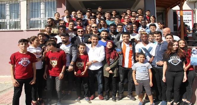Adana Demirspor öğrencilerle bir araya geldi