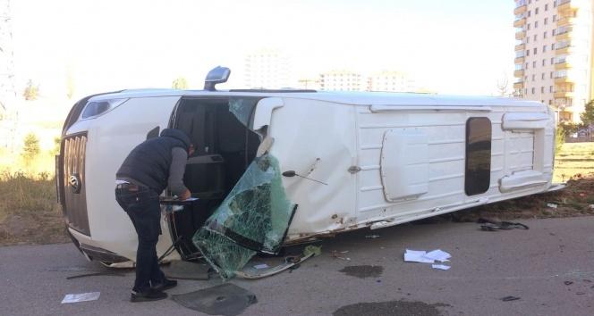 Başkentte öğrenci servisi yan yattı: 4 yaralı