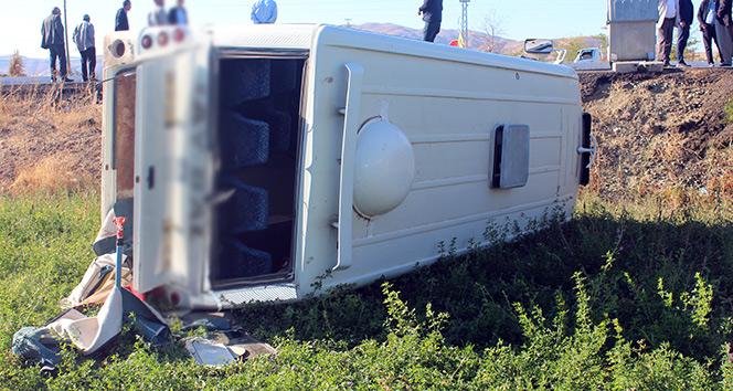 Elazığ'da öğrenci servisi ile otomobil çarpıştı: 4 yaralı