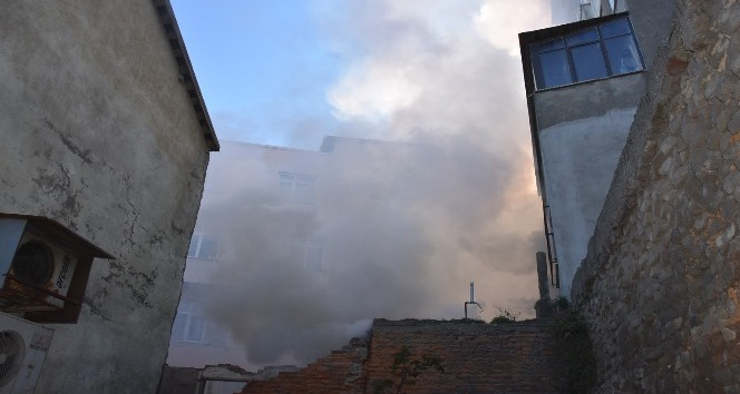 Sinop'ta kundaklanan boş ev yandı