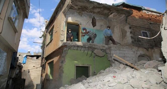 Siirt'te dar sokakta bulunan metruk binalar insan gücüyle yıkılıyor