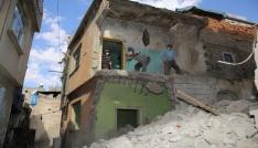 Siirtte dar sokakta bulunan metruk binalar insan gücüyle yıkılıyor