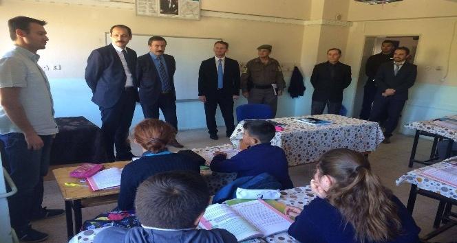 Kaymakam Karabektaş okulları geziyor