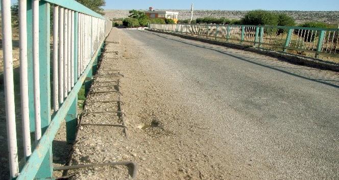 Tehlike saçan köprü yenilenmeyi bekliyor