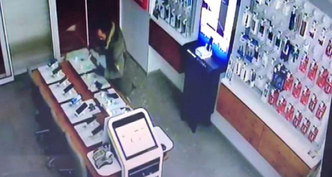 Hırsız 22 saniyede iş yerine 30 bin TLlik telefon çaldı