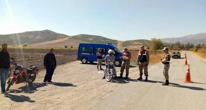 Jandarma kasksız motor sürücülerine geçit vermiyor
