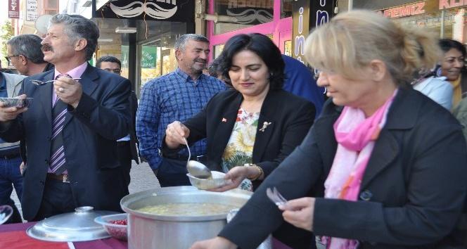 MHP Kadın Kolları Başkanlığı aşure ikram etti