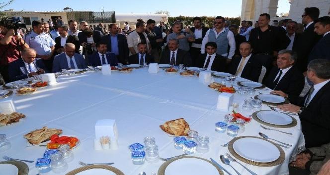 Abdullah Gül'ün onuruna verilen yemekte 50 koyun kesildi