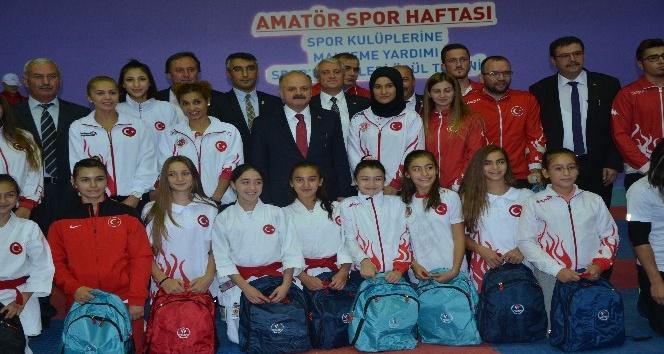 Amatör Spor Haftası'nda amatör spor kulüplerine malzeme yardımı ve ödül töreni