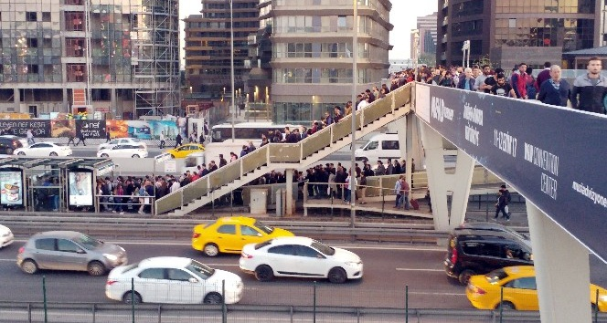 Metrobüse binmek isteyen vatandaşlar uzun kuyruklar oluşturdu