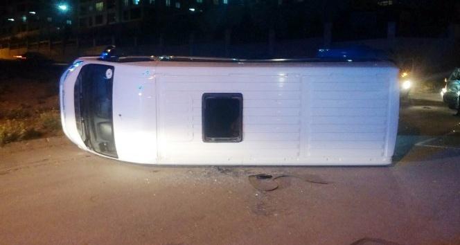 Minibüsle çarpışan okul servisi devrildi: 14 yaralı