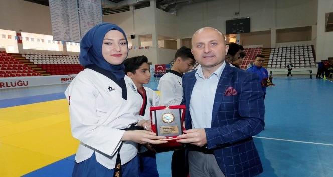 Başarılı sporculara ödülleri verildi